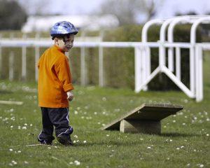 un enfant sur les mini jeux de divertissement du touquet raid pas de calais