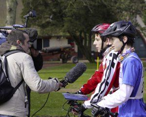 deux ados qui ont participé au touquet raid pas de calais se font interviewé pour la télé régionale.