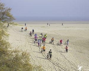Des partcipants du touquet raid pas de calais sur les plage du touquet à vélo