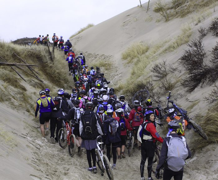 les équipes du touquet raid pas de calais dans les dunes du la plage du touquet sur l'étape vélo